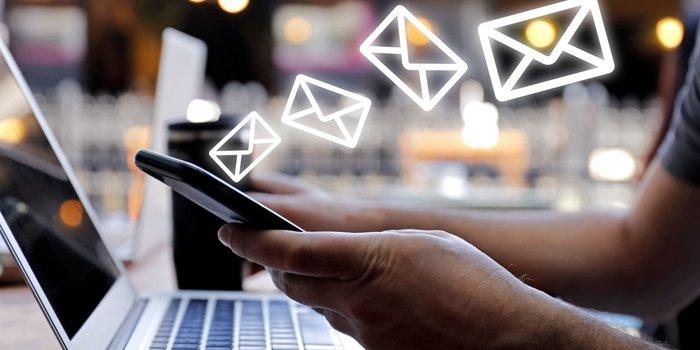 Dedos con dibujos de sobres de cartas email marketing